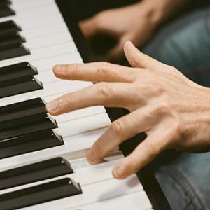 Main gauche au piano